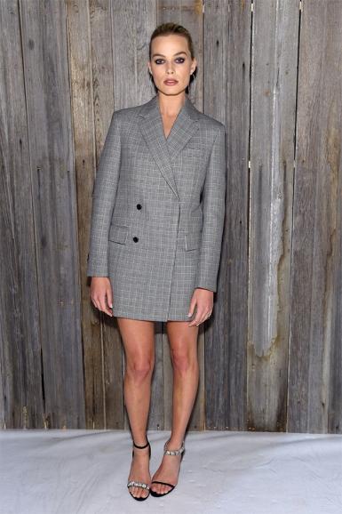 Margot Robbie de blazer-vestido, fina! Será que ela vai de CK pro Oscar?