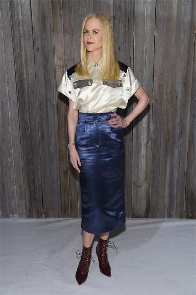 Nicole Kidman de saia de cetim e botinha