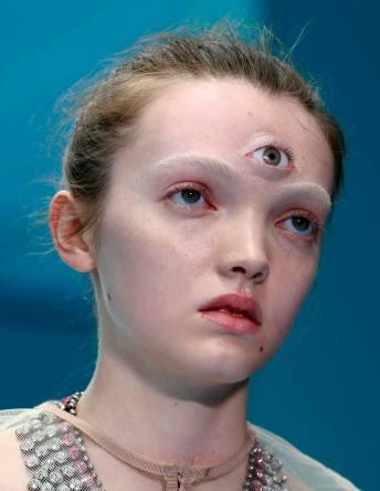 Uma das modelos apareceu na passarela com três olhos Foto: REUTERS/Tony Gentile