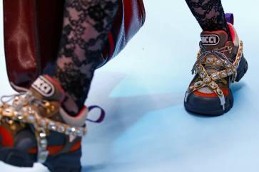 A tendência de tênis 'de pai' também surgiu na Gucci, cheia de pedrarias Foto: REUTERS/Tony Gentile