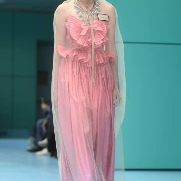 A capa que sobrepõe o vestido fez alusão a corpos embalados Foto: AFP PHOTO / Filippo MONTEFORTE
