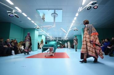 O show foi apresentado em um cenário que reproduzia uma sala de cirurgia, uma referência ao corte e costura de referências étnicas da coleção Foto: AFP PHOTO / Filippo MONTEFORTE