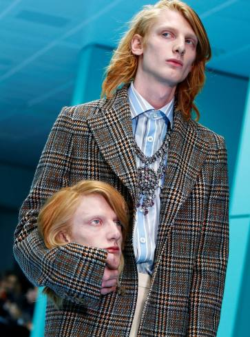 Modelos desfilaram com uma réplica de sua própria cabeça em mãos Foto: REUTERS/Tony Gentile