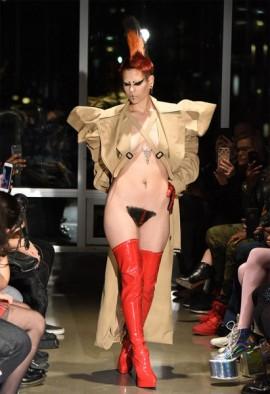 """""""Kaimin escolheu representar a diversidade, a singularidade e a aceitação da individualidade com a vagina humana"""", disse a estilista sul-coreana à frente da etiqueta"""