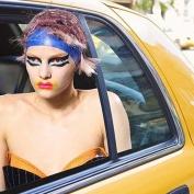 Aqui a modelo do desfile da Maison Margiela pega uma carona em um taxi de NY