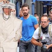 Uma cena de paparazzi encaixa perfeitamente com um look Helmut Lang