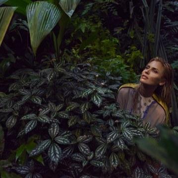 Valentino-Spring-Summer-2018-Daniela-Pestova-by-Andreas-Ortner-9