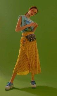 Camiseta (R$ 169) Farm, saia (R$ 998) Eva, gargantilha (R$ 16) Riachuelo, colar (R$ 298) Ateen, chaveiro (R$ 760) Prada, pochete (R$ 298) e tênis (R$ 368), ambos Fiever   Foto: Pedro Bucher