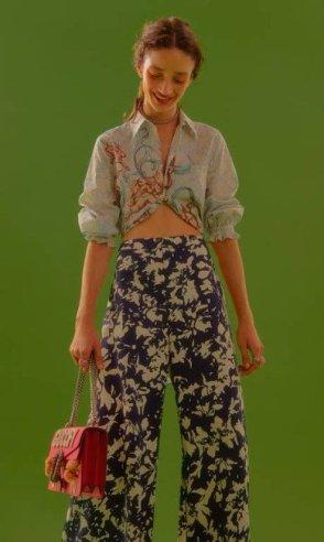 Camisa, Prada, calça, Alexis Aleece na NK Store, bolsa Gucci, pulseira usada como colar e anéis (preços sob consulta), tudo Sara Joias   Foto: Pedro Bucher