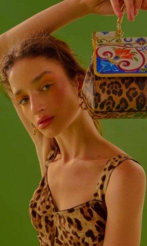 Body (R$ 5.800), bolsa (R$ 7.100) e brincos (R$ 2.800), tudo Dolce & Gabbana   Foto: Pedro Bucher