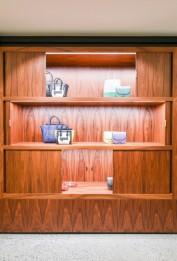 As prateleiras e araras podem ficar abertas ou fechadas, dependendo do que a NK quiser expor