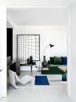Na sala, quadro de Amalia Giacomini (Galeria Lume), raposa de porcelana (NN Antiques), Loop Chair (Loja Teo) e luminária de piso da Dimlux. (Alain Brugier e Gui Morelli/Revista CASA CLAUDIA)