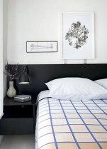 Na suíte, o quadro maior é de Pedro Varela (Zipper Galeria). Roupa de cama da Auping (Collectania) e vaso do estúdio Alva Design (Dpot Objeto). (Alain Brugier e Gui Morelli/Revista CASA CLAUDIA)