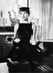 """Audrey vestiu Givenchy pela primeira vez nas telas em """"Sabrina"""", de 1954. Esse decote quadrado ficou conhecido como Sabrina!"""