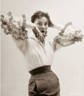A blusa Bettina, com esses babados na manga, apareceu na primeira coleção da sua maison homônima e virou um ícone da marca