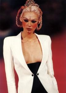 Depois de sair, Hubert viu alguns criadores assumirem a marca como John Galliano (na foto, a modelo brasileira Shirley Mallmann)