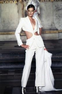 Alexander McQueen (esse terninho branco com um torcido no meio, usado por Stella Tennant no desfile, virou um ícone)