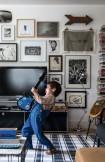 Noah brinca de tocar guitarra no living