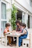 Ana brinca com as crianças na área externa