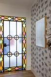 Porta de vidro original do apartamento, papel de parede de Ana Strumpf para a Branco e luminária do designer Patrick Townsend