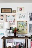 Detalhe do living traz luminária de Jonathan Adler, arranjo de Daniela Laloum, da Fulô Flores, e elefante da Vitra – na parede, a partir da esq., aquarela de Mônica Figueiredo, pôster do rosto de Brian Calvin e fotografias de Camila Guerreiro e Miro, entre outros quadros