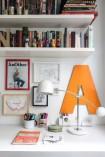 No detalhe do quarto das crianças, luminária, na Loja Teo, caneca de Ana Strumpf para a Tok&Stok, capa da série Re.Cover, criada pela moradora, e pintura da irmã Fafa Strumpf