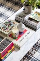 Detalhe da mesa de centro da sala, com alguns dos livros preferidos de Ana
