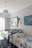 No quarto das crianças, edredom com desenho de Ana Strumpf para a Tok&Stok e papel de parede também criado por ela, para a Branco