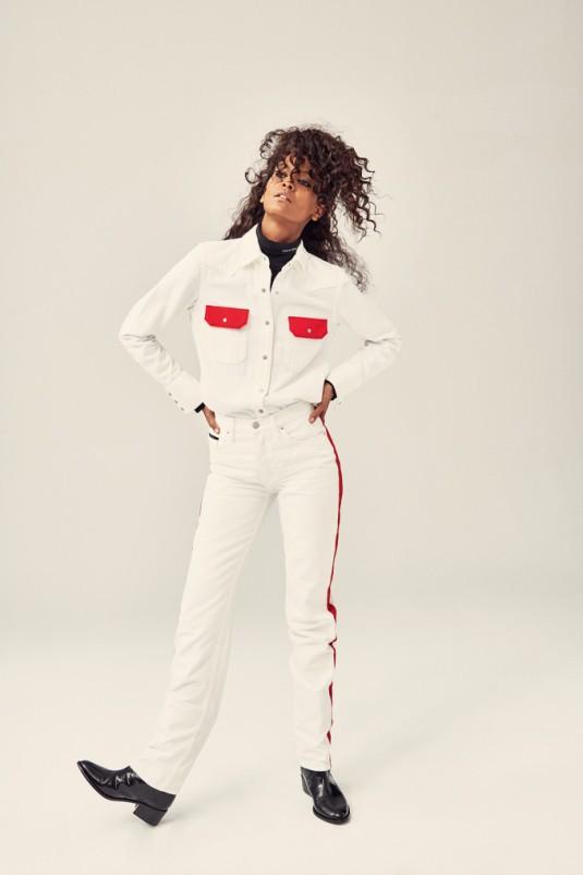 Liya usa malha de gola rolê, R$ 479, calça de sarja, R$ 479 e jaqueta de sarja, R$ 479. (Pamela Hanson/ELLE)