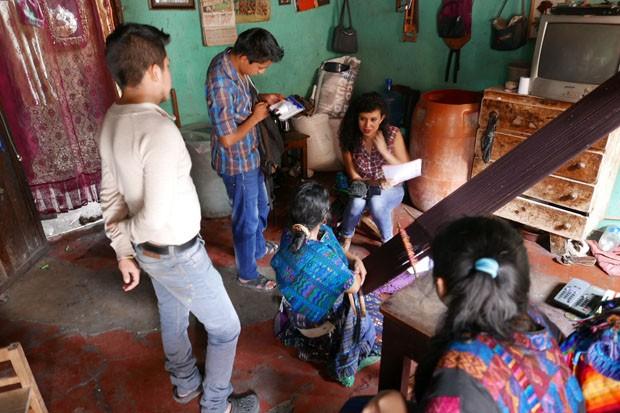 guatemala_designer_valeria_conversando_com_as_familias