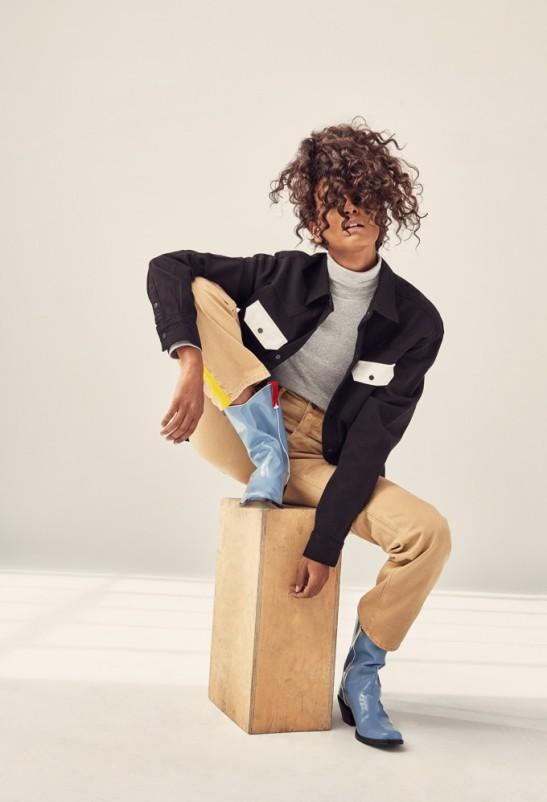 Liya usa malha de gola rolê, R4 179, calça de sarja, R$ 479 e camisa de sarja, R$ 499. (Pamela Hanson/ELLE)