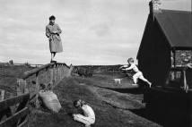 PAUL, STELLA E JAMES NA ESCÓCIA, EM 1982 Paul com seus filhos Stella e James na Escócia, na fazenda High Park, em 1982 Foto: Linda McCartney