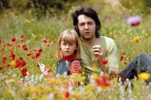 PAUL E HEATHER ENTRE FLORES, 1970 Quando casou com Paul, Linda trouxe a tiracolo a filha Heather Louise Eastman, de 6 anos, filha de um geólogo americano. A garotinha foi adotada por Paul e ganhou o sobrenome McCartney. Era ela que estava no colo de Paul no casamento com Linda Foto: Linda McCartney