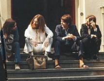 GEORGE, JOHN, PAUL E RINGO EM ABBEY ROAD EM 8 DE AGOSTO DE 1969 Os Beatles em Abbey Road, em 8 de agosto de 1969, nas sessões de fotos do 12.° álbum da banda, lançado em 26 de setembro do mesmo ano. Na frente de John Lennon, há uma bolsa com as iniciais L.L.E., ou seja Linda Louise Eastman, que também fotografou a sessão Foto: Linda McCartney