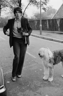 PAUL COM SEU CACHORRO EM LONDRES,1968 Antes de ser a sra. McCartney, Linda Eastman era fotógrafa de ícones do rock. Quando foi retratar os Beatles, ela conheceu Paul e a grande história de amor começou Foto: Linda McCartney