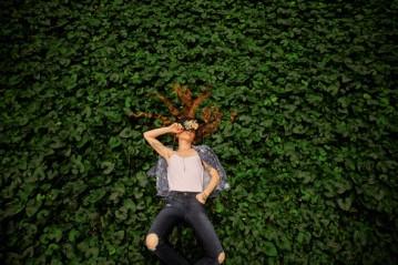 A coleção que celebra o projeto tem peças masculinas e femininas com materiais sustentáveis como jeans reciclável e algodão orgânico