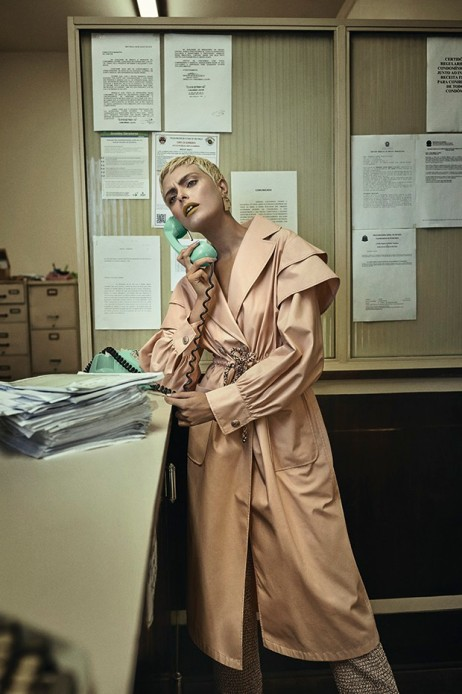 Casaco, a partir de R$ 18.940, e calça, a partir de R$ 12.440, Chanel (Foto: Gustavo Zylbersztajn (SD MGMT))