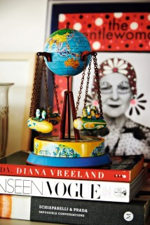 Caixinha de música garimpada em Paris sobre livros de moda que servem de inspiração para o trabalho de Luciana