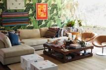 No living, o papel de parede contrasta com obras de Adriana Varejão e quadros de Gonçalo Ivo (à esq.) e Vik Muniz (à dir.) – mesa de centro de madeira náutica, mesa lateral de peneira de azeitona e luminária de Ingo Maurer