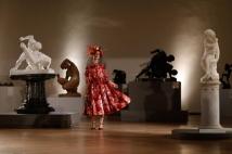 8. Dolce & Gabbana A grife que ocupa o oitavo lugar está focada em conquistar os jovens da geração millenial com a mais luxuosa moda italiana - e parece que a estratégia está funcionando. Entre as ações da marca, estão a contratação de influenciadores do todo o mundo para desfilarem (Marina Ruy Barbosa e Grazi Massafera foram algumas das que entraram na passarela da Dolce & Gabbana) e apresentações em países, como EUA e México Foto: Dolce & Gabbana/Divulgação