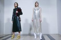 6. Givenchy O trabalho de Clare Waight Keller foi o responsável por retornar a Givenchy à sua essencia, transformando-a em uma das marcas de maior desejo e relevância da última temporada de moda. Com apenas três coleções a frente da marca, ela já registrou sua marca com um trabalho chique e sofisticado Foto: Valerio Mezzanotti/The New York Times