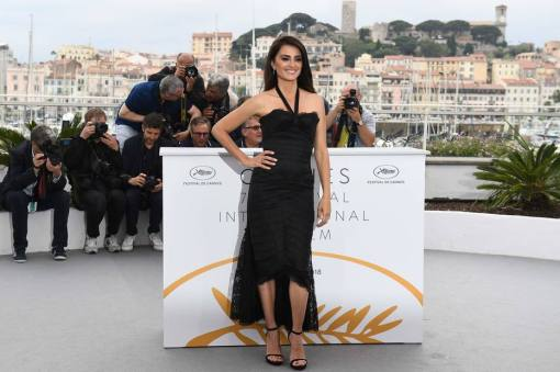 "Spanish actress Penelope Cruz poses on May 9, 2018 during a photocall for the film ""Todos Lo Saben (Everybody Knows)"" at the 71st edition of the Cannes Film Festival in Cannes, southern France. / AFP PHOTO / Anne-Christine POUJOULAT"