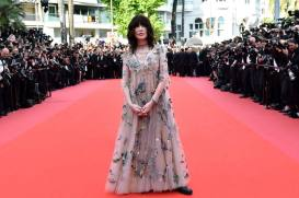 "French actress Isabelle Adjani poses as she arrives on May 8, 2018 for the screening of the film ""Todos Lo Saben (Everybody Knows)"" and the opening ceremony of the 71st edition of the Cannes Film Festival in Cannes, southern France. / AFP PHOTO / LOIC VENANCE"