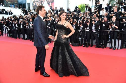 "Spanish actor Javier Bardem (L) and Spanish actress Penelope Cruz pose as they arrive on May 8, 2018 for the screening of their film ""Todos Lo Saben (Everybody Knows)"" and the opening ceremony of the 71st edition of the Cannes Film Festival in Cannes, southern France. / AFP PHOTO / Alberto PIZZOLI"