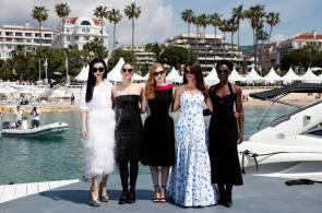 """EPA4112. CANNES (FRANCIA), 10/05/2018.- (De izq a der) Las actrices Fan Bingbing, Marion Cotillard, Jessica Chastain, Penelope Cruz y Lupita Nyong'o posan para los fotógrafos durante la presentación de la cinta """"355"""" en el ámbito del 71º Festival Internacional de cine de Cannes (Francia) hoy, 10 de mayo de 2018. EFE/ Ian Langsdon"""