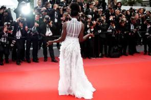"""EPA4379. CANNES (FRANCIA), 10/05/2018.- La actriz keniana nacida en México Lupita Nyong'o posa para los medios a su llegada al estreno de la película """"Sorry Angel"""", durante el Festival de cine de Cannes, Francia, el 10 de mayo del 2018. La 71ª edición del Festival de Cannes se celebra hasta el próximo 19 de mayo. EFE/Franck Robichon"""