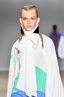 Já as modelos da Juliana Jabour usaram tranças boxeadoras na passarela