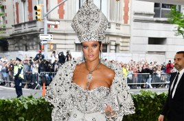 E às vezes uma só celebridade causa: Maison Margiela vestiu Rihanna e arrasou