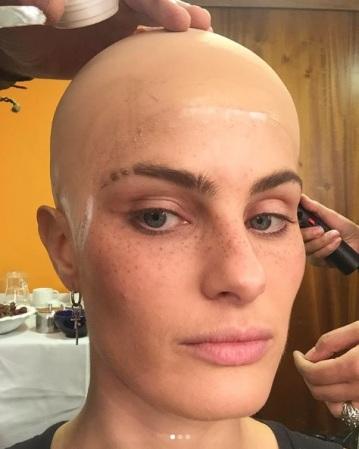 isabelifontana Processo do cabelo pra capa da @ellebrasil, pra quem ficou curioso, foi feito assim! 😱 A sobrancelha eu raspei mesmo! Preparation for the photoshoot to the Elle Cover, for those who got curious. The eyebrow was shaved!