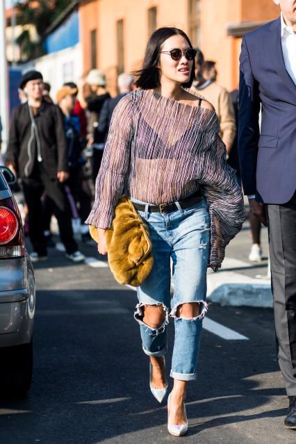 Jeans destroyed O item é excelente para combinar com lingerie à mostra porque seu toque debochado equilibra a delicadeza do sutiã. É claro que uma transparência statement como essa também ajuda.